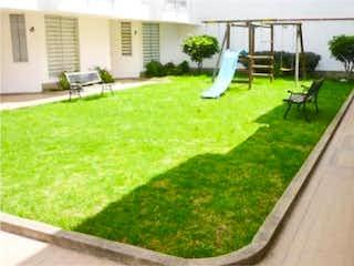 Una vista de un parque con un banco en la hierba en Casa En Venta En Chia Vila Nova