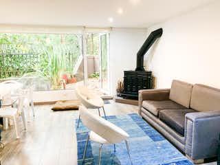 Una sala de estar llena de muebles y una gran ventana en Casa En Venta En Bogota Rosales
