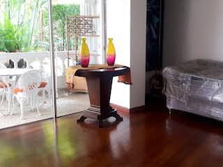 Una sala de estar llena de muebles y una chimenea en Casa en Venta en El Poblado, Medellín