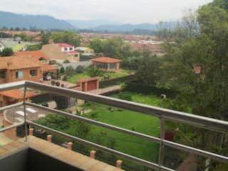 Una vista de un patio de trenes con un tren en él en Apartamento En Venta En Chia Chia