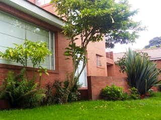 Una planta verde delante de una casa en Casa Condominio En Venta En Chia Guaymaral