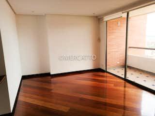 Una cocina con suelos de madera y paredes blancas en Venta Apartamento Cerros del Country