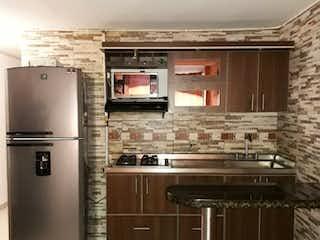 Una cocina con una estufa y un refrigerador en Venta de Casa Sector La America, Calasanz