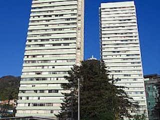 Un edificio alto sentado al lado de un edificio alto en Apartamento en Venta LAS AGUAS