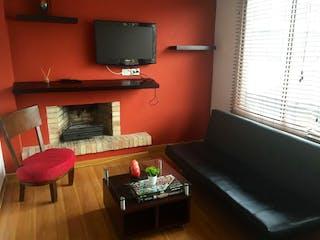Una sala de estar llena de muebles y una televisión de pantalla plana en San Patricio, Apartamento en venta en Chicó Navarra 42m²