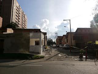 Una calle de la ciudad con edificios y una luz de calle en Casa en venta en Otra Parte con acceso a Piscina