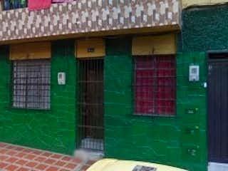 Un edificio verde y blanco con una puerta verde en Casa en venta en Moravia de 6 alcobas