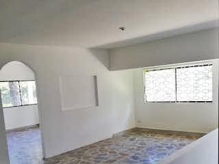 Un dormitorio con una cama y una ventana en Casa en venta en Conquistadores de 152mts