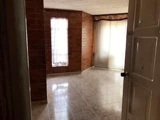 Un baño que tiene una ventana en él en Apartamento en venta en Montevideo de tres habitaciones