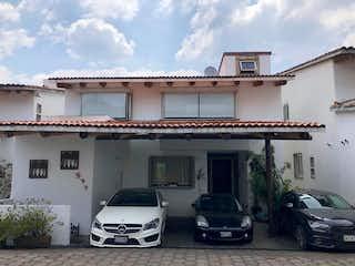 Un par de coches estacionados delante de un edificio en Venta Casa en Cuajimalpa Conjunto Guadalupe