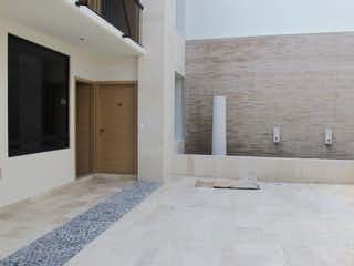 Un dormitorio con una cama y un espejo en Excelente loft en Venta o Renta en Contadero