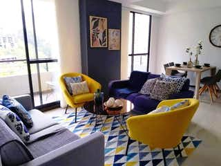 Una sala de estar llena de muebles y una ventana en Apartamento en venta en El Carmelo de tres habitaciones