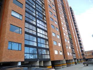 Un edificio alto sentado al lado de una calle en Apartamento En Venta En Bogota Santa Maria Del Lago