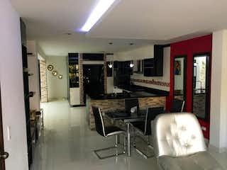 Una sala de estar llena de muebles y una televisión de pantalla plana en Apartamento en Venta Castellana, Medellín