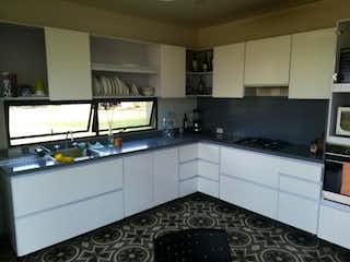 Una cocina con un fregadero y un horno de cocina en Casa Kubik Verde Sopo