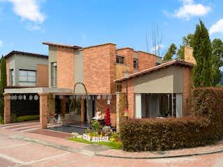 Una casa que tiene un edificio en el fondo en Casa En Venta En Cajica Canelon