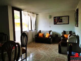Una sala de estar llena de muebles y una ventana en LA PAULINA