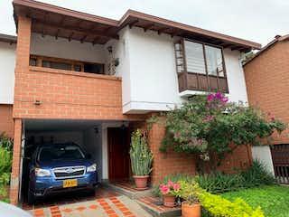 Un coche estacionado delante de una casa en Casa en Loma del Escobero en Envigado