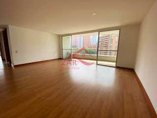 Una vista de una sala de estar con suelos de madera en San Fernando plaza