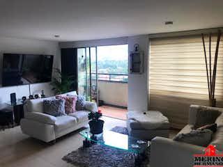 Una sala de estar llena de muebles y una gran ventana en MEDITERRANEO