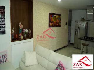 Una sala de estar llena de muebles y una pintura en Edificio Tierra Plana