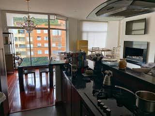 Una cocina llena de un montón de desorden y electrodomésticos en Apartamento en venta en Chicó Reservado de tres habitaciones