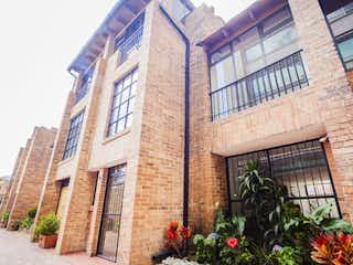 Un edificio de ladrillo alto con una planta en maceta en Casa en venta en Santa Bárbara Occidental de 5 habitaciones