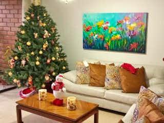 Una sala de estar con un árbol de navidad en ella en Apartamento en venta en Florida Nueva de tres alcobas