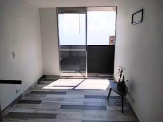 Una vista de una sala de estar con una ventana en Apartamento en venta en Pajarito de tres alcobas