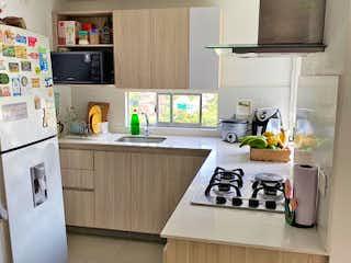 Una cocina con una estufa de fregadero y nevera en Apartamento en venta en Loma de los Bernal de dos habitaciones