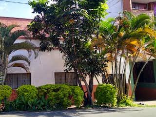 Un edificio con un árbol y un edificio en Casa en Venta LA AMERICA