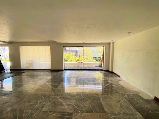 Una vista de una sala de estar con un gran ventanal en CASA EN VENTA