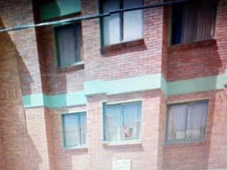 Un edificio de ladrillo con una ventana y un banco en Apartamento En Venta En Chia Av Los Chilacos