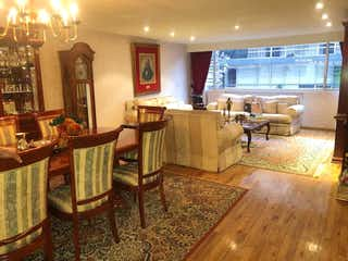 Una sala de estar llena de muebles y una chimenea en Se vende departamento en Campos Elíseos