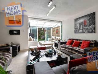 Una sala de estar llena de muebles y una chimenea en VENTA CASA EN CONDOMINIO CUAJIMALPA