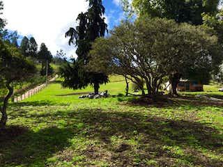 Un banco del parque sentado en medio de un parque en Lote En Venta En Chia Yerbabuena
