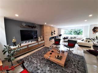 Una sala de estar llena de muebles y una chimenea en Villa María