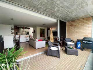 Una sala de estar llena de muebles y una televisión de pantalla plana en VENDO APARTAMENTO EN ENVIGADO