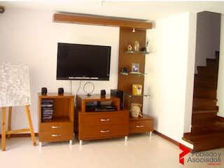 Una sala de estar llena de muebles y una televisión de pantalla plana en SIEMPRE VERDE