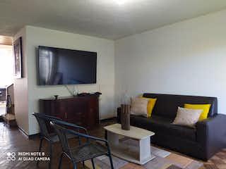Una sala de estar llena de muebles y una televisión de pantalla plana en Casa en venta en Prado Veraniego de 266mts