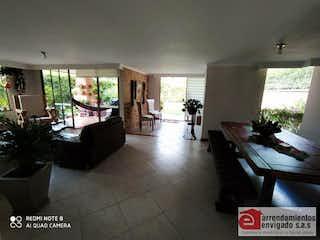 Una sala de estar llena de muebles y una ventana en LA HACIENDA