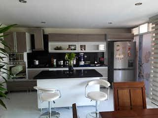 Una cocina con una mesa y sillas en ella en Apartamento en venta en La Villa de 94m² con Balcón...