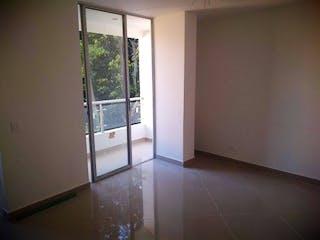 Una vista de un cuarto de baño con una puerta de cristal en Los Alpes, Apartamento en venta en Universidad Medellín de 1 hab.