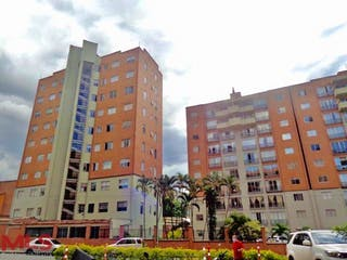 Un gran edificio en medio de una ciudad en Torres de Kalamari