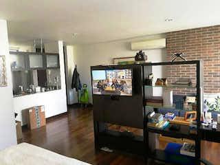 Una sala de estar llena de muebles y una televisión de pantalla plana en APARTAESTUDIO en el sector de la Clínica Medellín para la venta