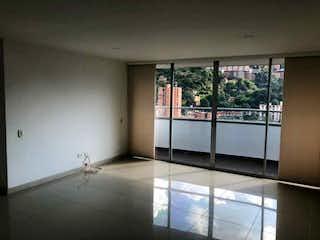 Un cuarto de baño con una puerta de cristal y una ventana en VENTA APARTAMENTO EN ENVIGADO  EL TRIANON ACABADOA FULL