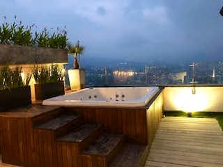 Un cuarto de baño con lavabo y bañera en VENDO ESPECTACULAR PENTHOUSE DÚPLEXEN EL POBLADOSECTOR SAN LUCAS