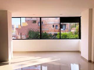 Un baño con un gran ventanal y un gran ventanal en Apartamento en Venta en La Castellana