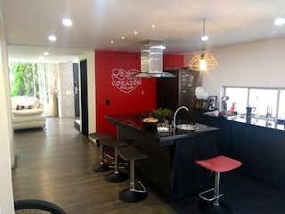 Una cocina con una mesa roja y sillas en Casa unifamiliar en Venta en EnvigadoSabaneta