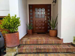 Una planta en maceta sentada sobre una pared de ladrillo en Vendo Casa en LINDARAJA, Bogotá. 252Mtrs. 4hab. GG